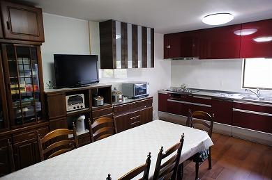 施工例へ「ワインレッドのキッチンがインテリアにインパクトを」を追加しました。